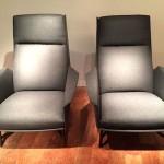 Paire de fauteuils gris de Guy Besnard