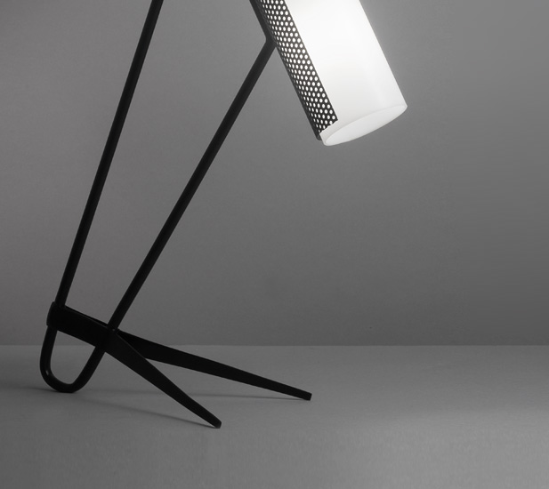 mathieu_lampe_tube_perpex_metal_perfore_pied_cocotte_1960_design_meublesetlumieres_2.jpg