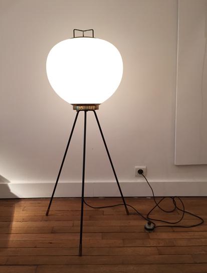 stilnovo-lampe-tripode-verre-opalin-1950-galeriemeublesetlumieres-paris-1.jpg