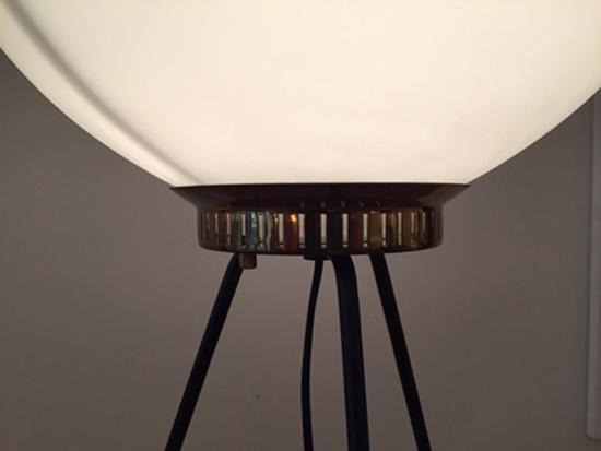 stilnovo-lampe-tripode-verre-opalin-1950-galeriemeublesetlumieres-paris-2.jpg