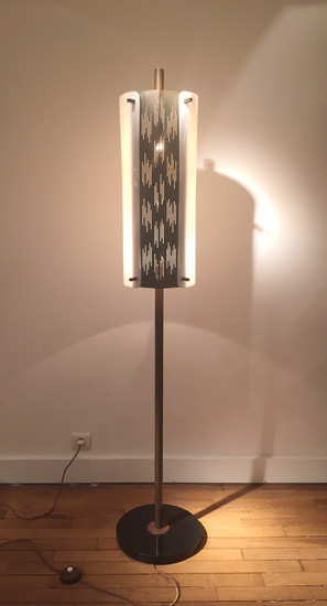 arlus-lampadaire-metal-ajoure-perspex-1950-galeriemeublesetlumieres-paris-1.jpg
