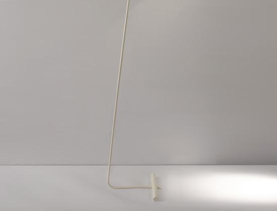 mathieu_lampadaire_lacque_blanc_base_contrepoids_1950_design_meublesetlumieres_3.jpg