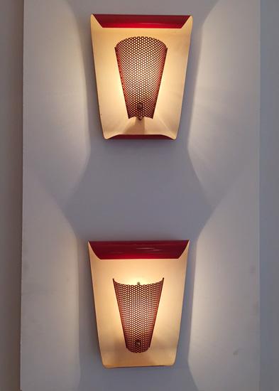 biny-paire-appliques-rouges-courbes-metal-perfore-luminaire-1950-galerie-meublesetlumieres-paris-1.jpg