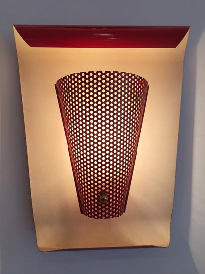 biny-paire-appliques-rouges-courbes-metal-perfore-luminaire-1950-galerie-meublesetlumieres-paris-2.jpg