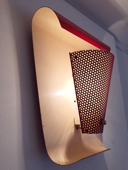 biny-paire-appliques-rouges-courbes-metal-perfore-luminaire-1950-galerie-meublesetlumieres-paris-3.jpg