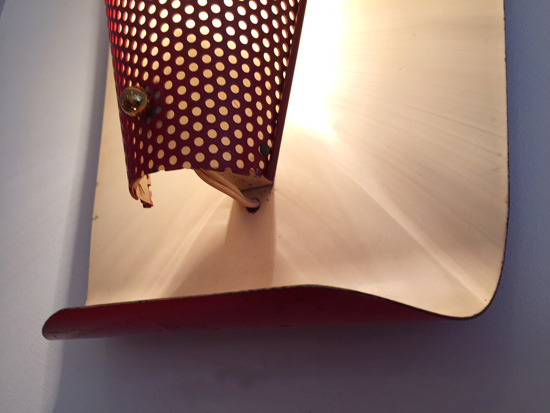 biny-paire-appliques-rouges-courbes-metal-perfore-luminaire-1950-galerie-meublesetlumieres-paris-5.jpg