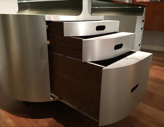 bureau en aluminium et verre travail fran ais des ann es 1970. Black Bedroom Furniture Sets. Home Design Ideas