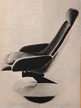 6__Maison_et_jardin_decembre_1967_janvier_1968_fauteuil_tournand_basulant_de_Pierre_Poutout_fauteuil_Gemini_tilleul_bleu_ou_rouge_de_RCB__tabouret_acier_inox_J_Garcon_pour_Pascale_web.jpg