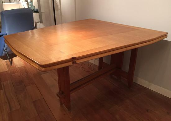 4_table_de_salle_a_manger_guillerme_et_chambron_meubles_et_lumieres.jpg