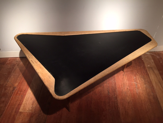 table_basse_ramos_charles_forme_libre_1950_galerie_meublesetlumieres_paris_2.jpg