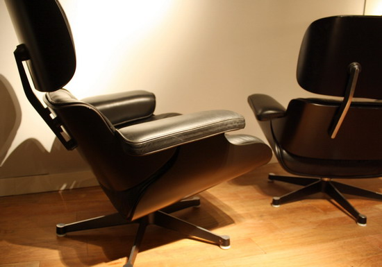 paire de fauteuils et un tabouret de charles et ray eames. Black Bedroom Furniture Sets. Home Design Ideas