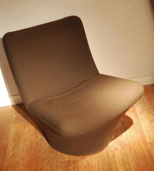 2_fauteuil_geoffrey_harcourt_et_ottoman_pierre_paulin_meubles_et_lumieres.jpg