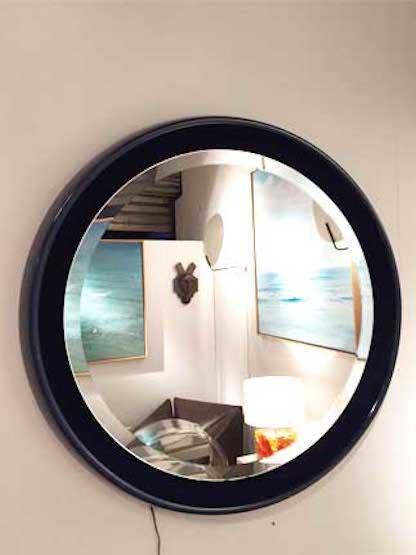 Miroir rond clairant en r sine travail italien des for Miroir rond eclairant